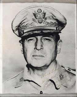 United States five star Douglas Macarthur signature photo, valuation RMB 6000-15000, transaction price RMB 32200
